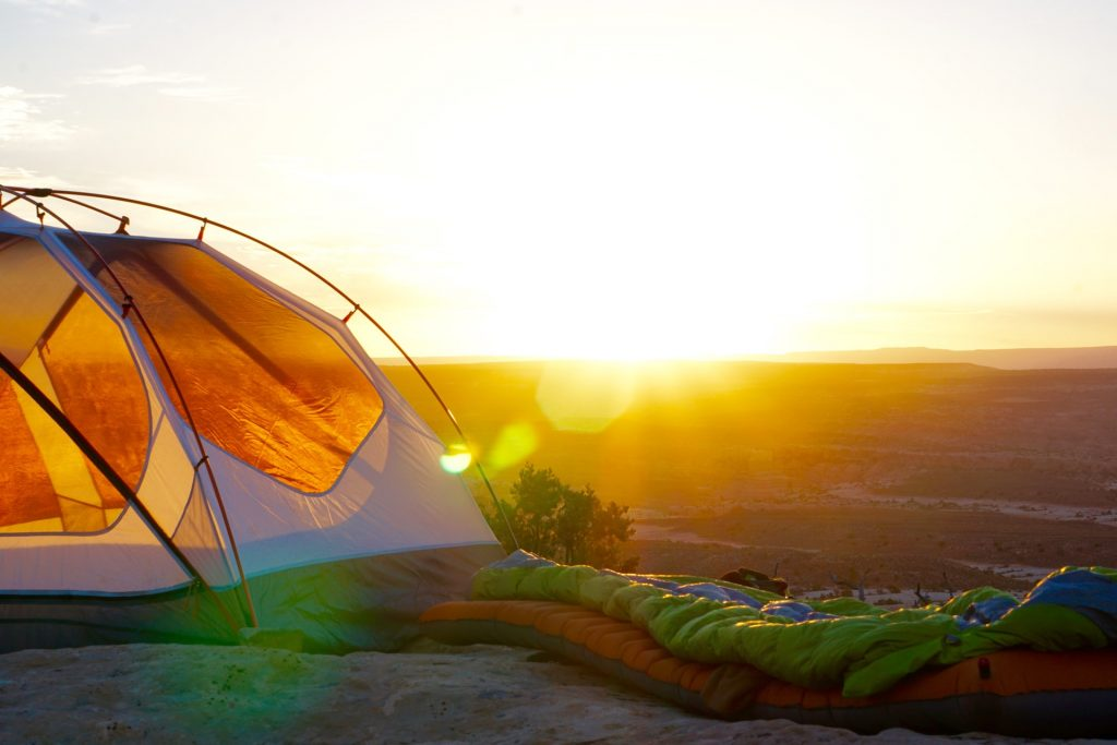 tente avec couché de soleil en fond